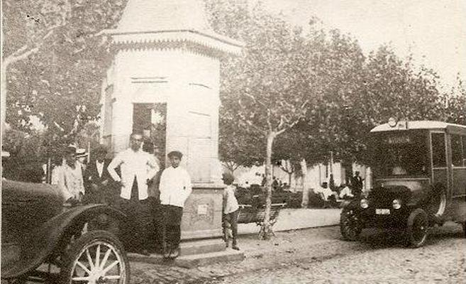 La PLaza Mitre en la década de 1920. Estacionado el primer colectivo de Zárate