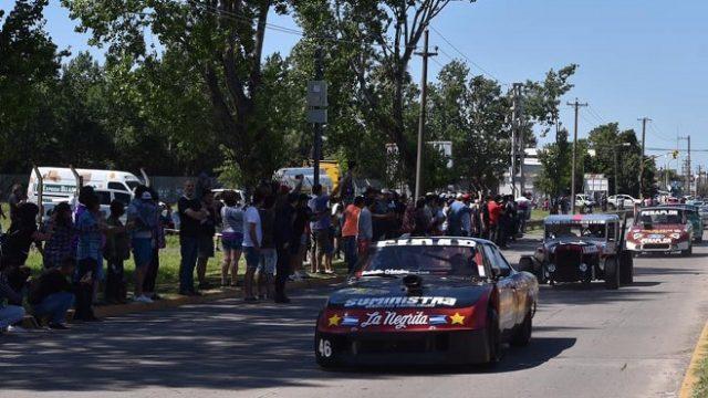 http://www.enlacecritico.com/wp-content/uploads/2019/12/Autos-del-Turismo-Carretera-brindaron-una-gran-demostración-organizada-por-el-Municipio-junto-al-Club-del-Primer-Automovil-Argentino_658x400-640x360.jpg