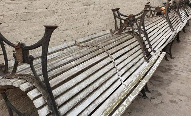 Retiran los bancos de Plaza Mitre para su reparación